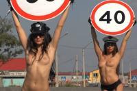 Rusland gebruikt topless vrouwen tegen hardrijders