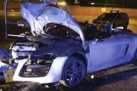 Bruidegom rijdt Audi R8 tegen lantaarn paal