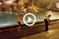 Toerist springt in water
