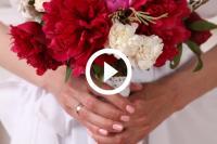 Vriend rent weg van vriendin die bruidsboeket vangt